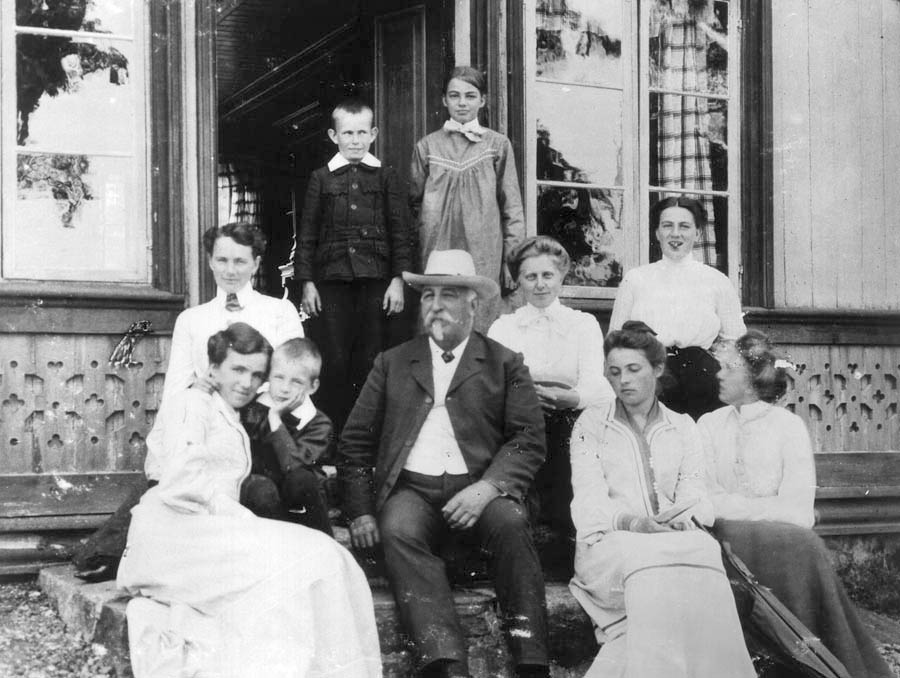 Johan Smith med familie fotografert i 1906