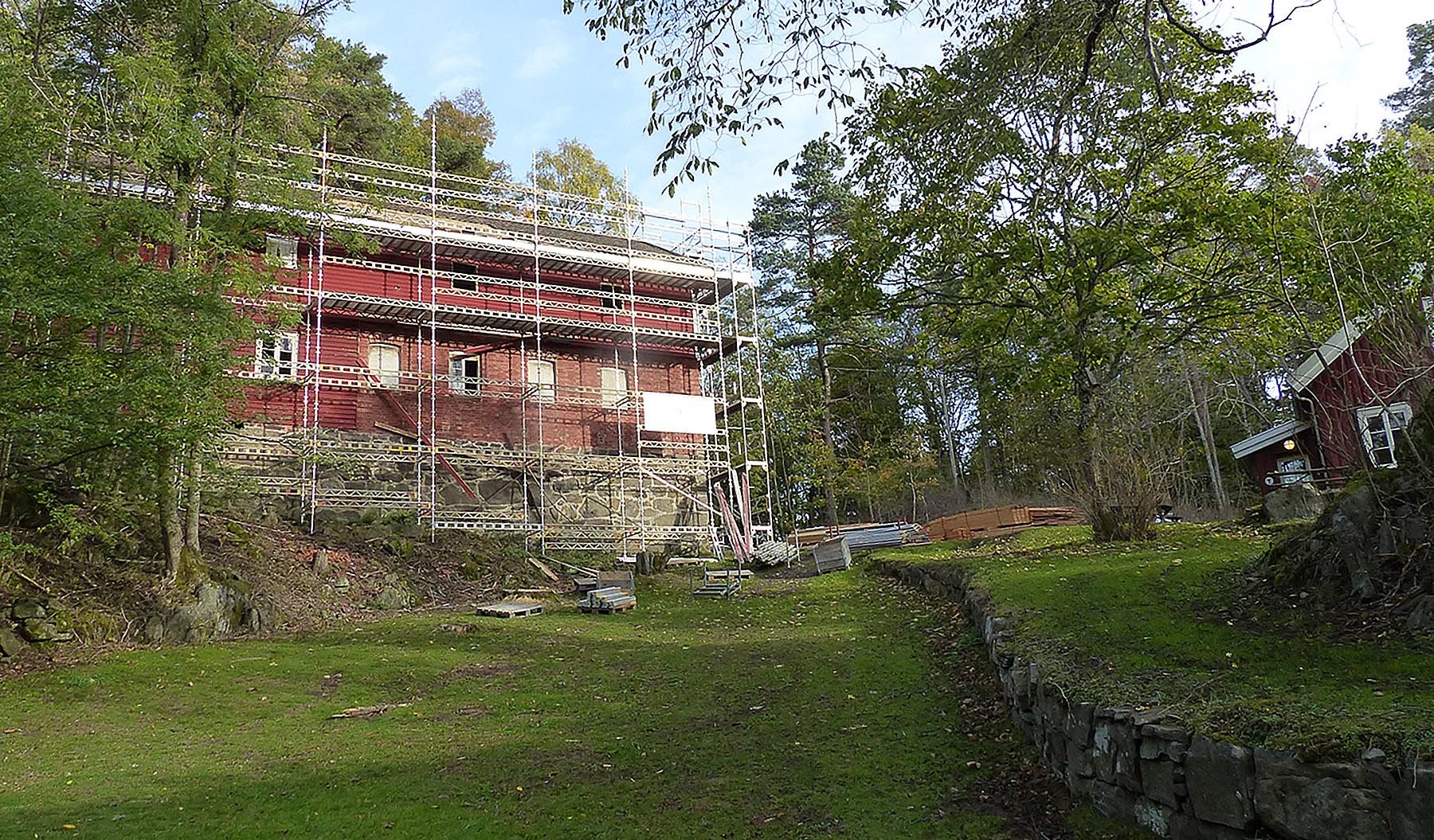 Det er Sollie Bygg AS fra Risør som har fått oppdraget med å restaurere låven – det vil si prosjektets første byggetrinn: Tak og bærende konstruksjon.