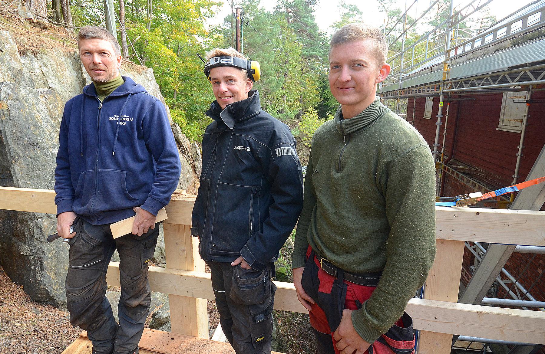 Fagfolk fra Sollie Bygg AS gjør jobben. Fra venstre: Lars Løvdahl, Aleksander Knudsen og Espen Aasbø.