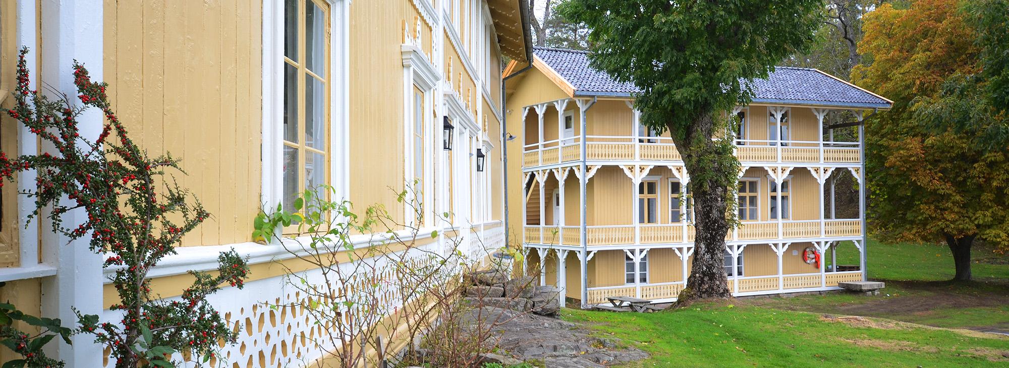 Gjestehuset er ferdig restaurert utvendig, og nå venter et omfattende dugnadsarbeid innvendig for å gjøre gjestehuset klart til å ta imot overnattingsgjester. Foto: Øivind Berg